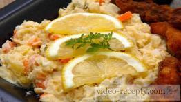 Bramborový salát s uzeninou a sýrem