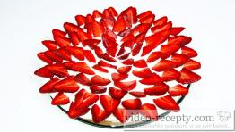 Jednoduchý sušenkový dort s jahodami