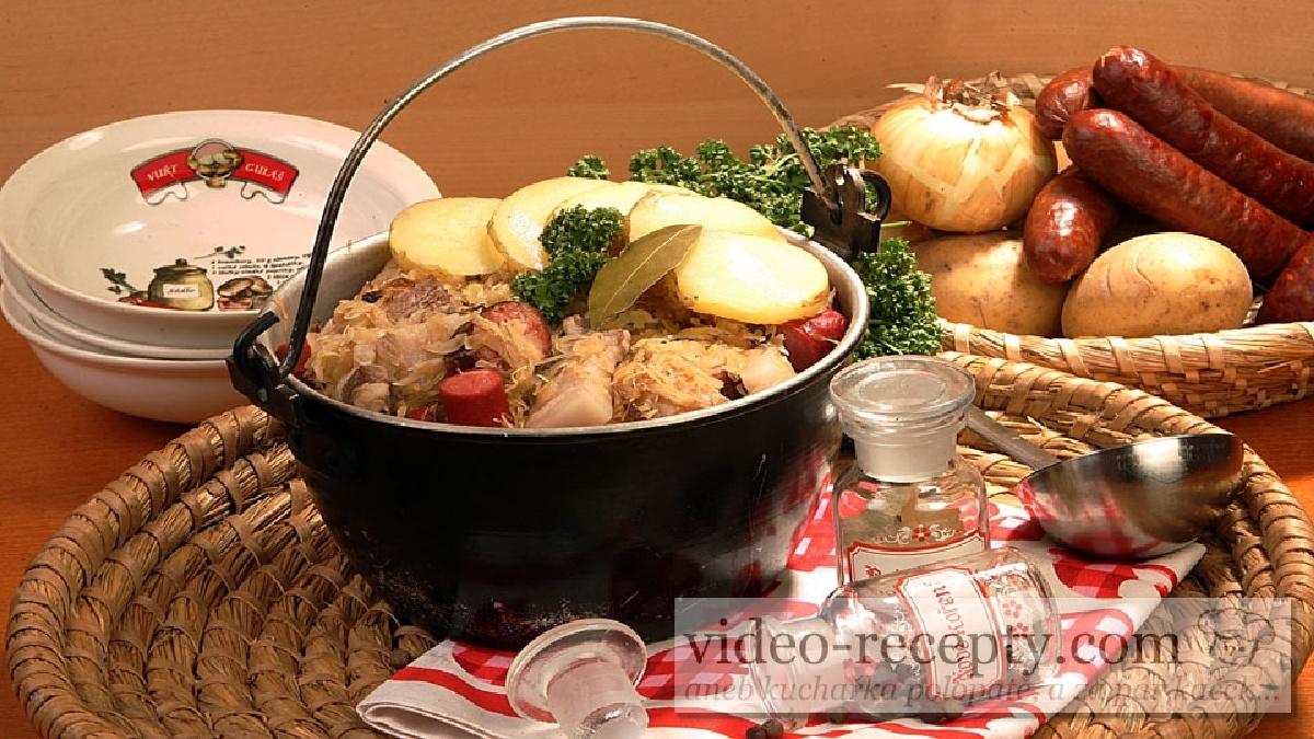 Zapečené brambory s kysaným zelím a klobásou